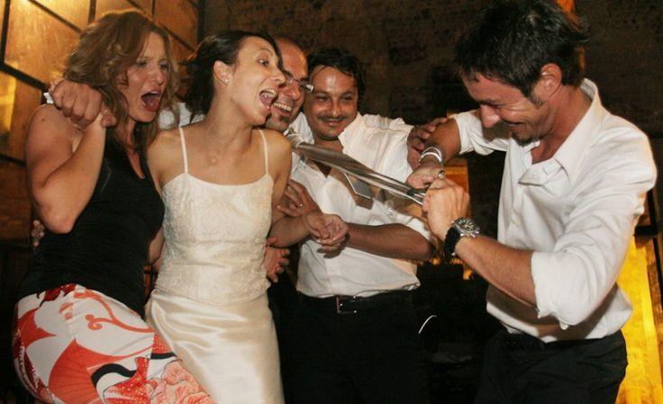 Il taglio della cravatta dello sposo è un'usanza tutta italiana. C'è chi trova poco elegante ricorrere a questo espediente che fà sentire in obbligo gli invitati a metter mano al portafoglio.In effetti ,con il trascorrere degli anni, questa tradizione è sempre meno apprezzata dagli sposi.Voi cosa ne pensate? #tagliodellacravatta #sposo #tradizione #matrimonio #matrimoniopartystyle #wedding #weddingplanner #nozze #mariage #bride #bridal