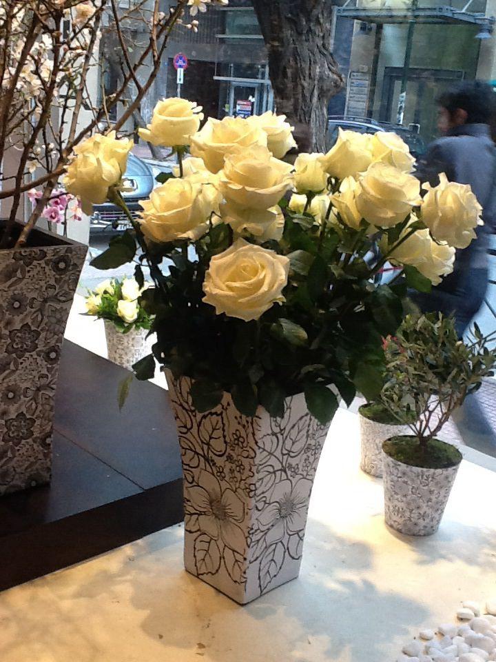 White roses/blak&white pots by www.fleria.gr