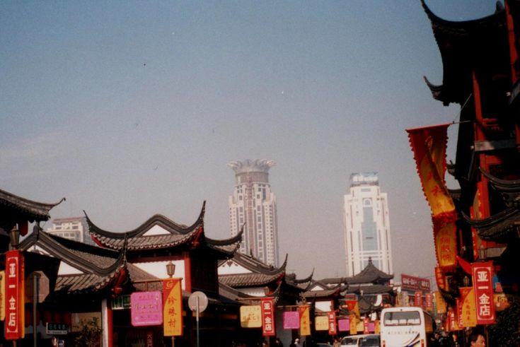 Beijing abrirá en 2012 su Mercado de Emisiones de Carbono a empresas y ciudadanos. Empresas y ciudadanos pueden comprar crédito adicional en el mercado. El objeto supremo del trato de crédito de carbono es promover la renovación de tecnología, mejorar el proceso de producción y, de esa forma, reducir las emisiones de carbono.