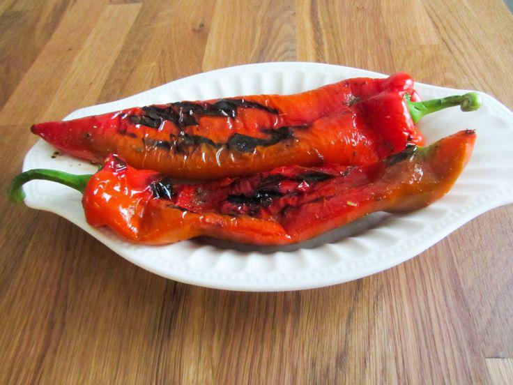 Lekkere gegrilde paprika's, prima te maken in een grillpan ofop debarbecue. Een lekker bijgerechtje voor 2 personen dat binnen 10 minuten klaar is. Ingrediënten 2 (punt)paprika's 2 eetlepels olie 1 theelepel oregano 1/2 theelepel knoflook Bereiding 1. Verwarm de grillpan op de heetste stand. 2. Meng de olie met de kruiden en bestrijk de paprika's …