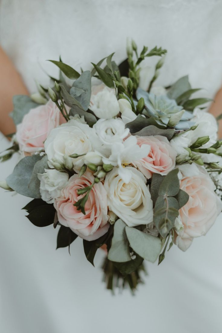When to throw the bouquet of the bride? Here are the 4 key moments