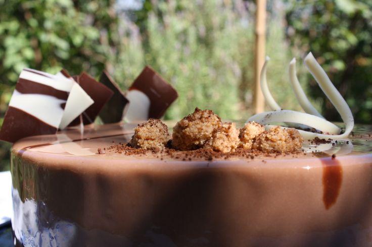 Torta Morató. Masa sablée de café, crujientes de avellanas, mousse de cobertura de leche y pulpa de mango.