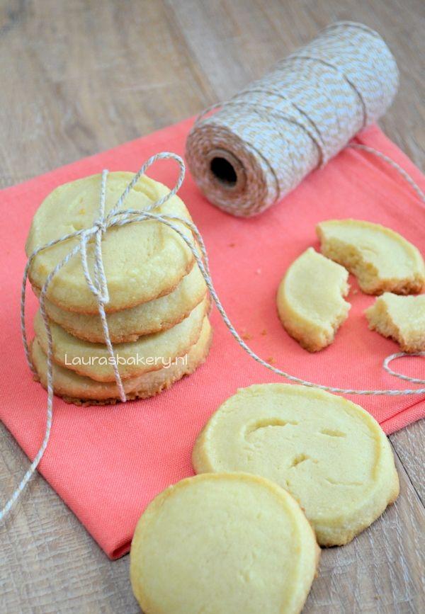 vanille shortbread koekjes. lekker. mespuntje suiker en citroenrasp toegevoegd en iets langer gebakken. ook geschikt voor 'zand' in taartjes.