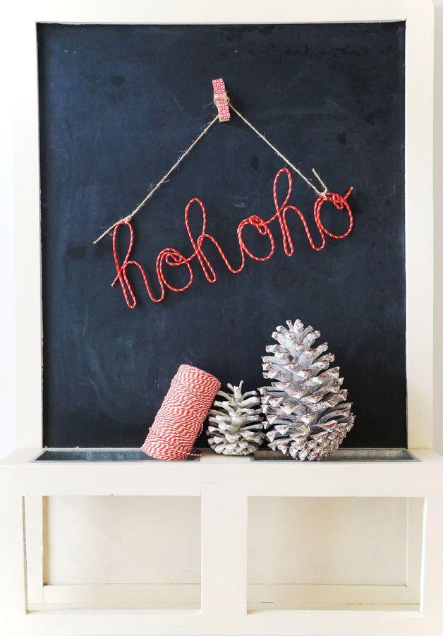 *Schriftzug HOHOHO* +Hohoho, es weihnachtet ...+ Der Schriftzug ist aus Draht gebogen. Der Zinkdraht ist mit Papierband, in rot mit weißen Streifen, umwickelt. Der Schriftzug lässt sich an der...