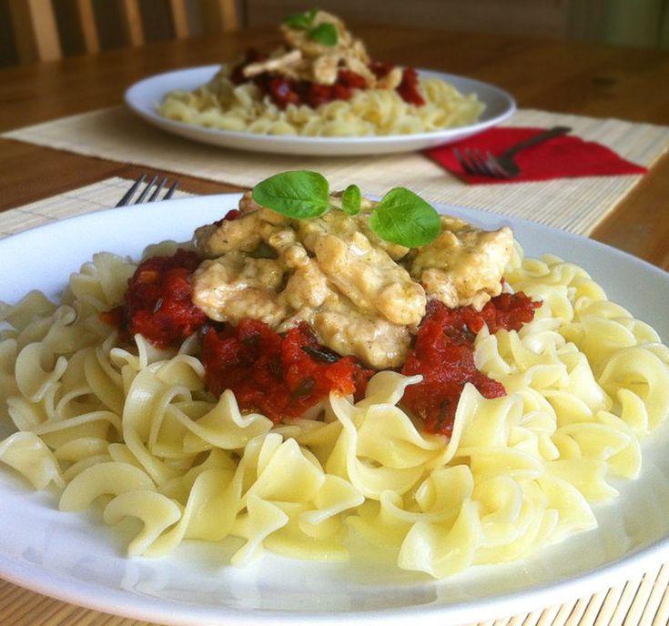 Tagliatelle mosse z sosem pomidorowym i kurczakiem w sosie śmietanowym. Bardzo ciekawe połączenie smaków. Wyrazisty, lekko kwaśny, aromatyczny sos pomidorowy i delikatny sos śmietanowy z dodatkiem migdałów. Zaskakująco dobrze ze sobą smakują. Szybki, ale efektowny obiad.