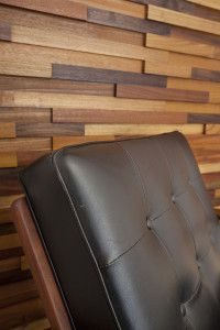 Dekorativ trävägg gjord av spillbitar i olika FSC-märkta träslag såsom mahogny, valnöt och freijo.