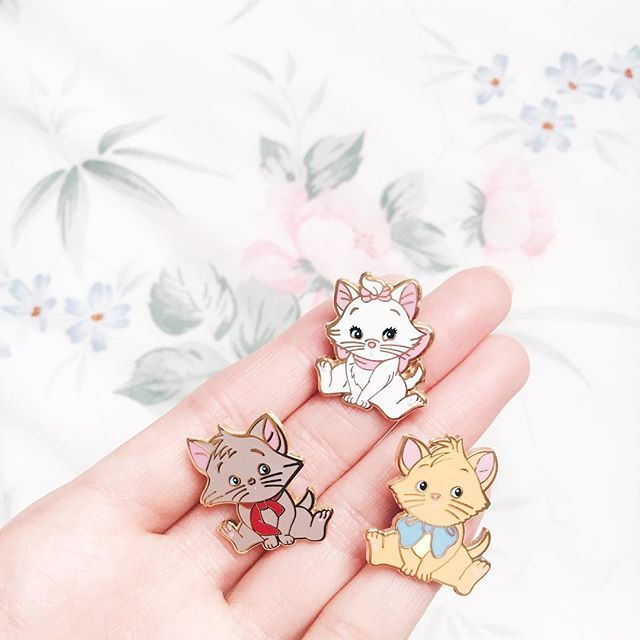Mes petits chatons vous souhaitent une belle journée!  #disney #disneypins #fantasypins (PS : Ce ne sont pas des pins officiels Disney, je les ai eu à l'échange sur divers groupes de pin trading)