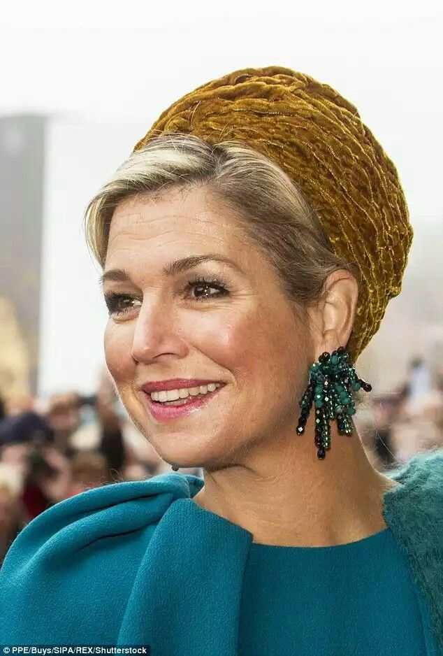 Hats off to her! Maxima opted for an unsual 1920s stlye turban and accessorised with some very elaborate earrings made up of green beads  Read more:http://www.dailymail.co.uk/femail/article-3878456/Queen-Maxima-makes-style-statement-mustard-velvet-turban.html#ixzz4OIb76xcR Follow us:@MailOnline on Twitter|DailyMail on Facebook