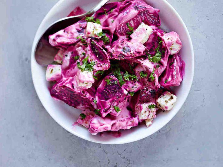 Punajuuri ja fetajuusto sopivat erinomaisesti yhteen. Nauti punajuuri-fetasalaattia jouluaterialla tai liharuoan lisäkkeenä. Jäähdytä keitetyt punajuuret kylmässä vedessä ennen kuorimista.