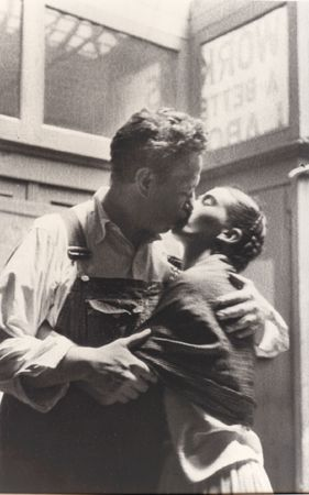 Diego Rivera and Frida Kahlo Caught Kissing, New Workers School, New York City, 1933 -Un beso de aquel panzón