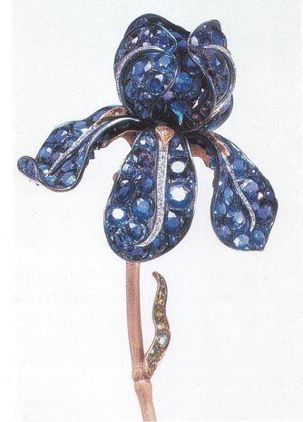 Tiffany - Ornamento da corsetto a forma di iris in grandezza naturale.  Nel fiore sono incastonati 139 zaffiri del Montana, granati demantoidi, topazi e diamanti.  Presentato alla Esposizione Universale di Parigi del 1900, acquistato dal magnate  e collezionistaHenry Walters.- Baltimora, Walters Art Gallery.