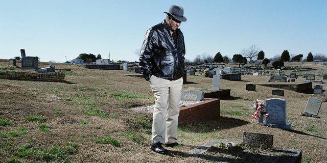David Baker, 65 ans, devant la tombe de son frère Terry, mort à 16 ans d'une tumeur du cerveau et d'un cancer des poumons causés par l'exposition aux PCB à Anniston.