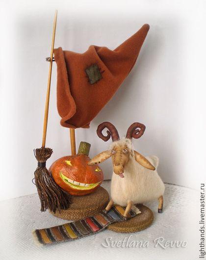 Купить или заказать Маленькая ведьма Сабрина. Коллекционная кукла в интернет-магазине на Ярмарке Мастеров. Маленькая ведьма Сабрина, её козочка Тина и забавный светящийся Пампкин. Переделались стихи Ю.Мориц: 'Пускай же и ночью, и днём Истории, страшно прекрасные, И просто прекрасно ужасные, Мурашками скачут'... в наш дом! Текстильная кукла, тонированная кофе. Личико объёмное, ручки и ножки на пуговичном креплении. В комплекте - подставка, коза, тыква, коврик.