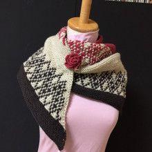 草木染の毛糸屋さん 三角ショール。ガーター編みの表裏2段を1つの模様段として編み込みをした。