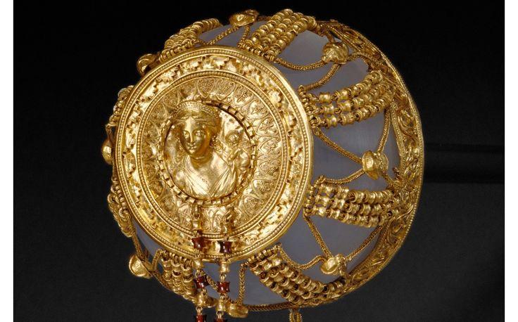 Tocado para el pelo a modo de redecilla del Egipto helenístico , entre 200 y 110 a. C. Oro, granate y pasta de vidrio, 21,6 × 7,9 × 7,6 cm, 127,3 g. (Museo J. Paul Getty - Los Ángeles, USA)