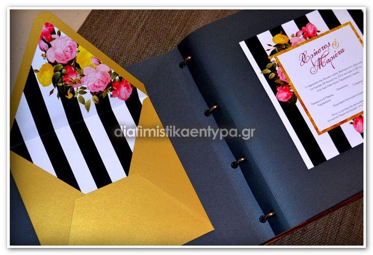ΚΩΔΙΚΟΣ 7591  προσκλητηριο γάμου, απρόμαυρο, ριγέ με λουλούδια μεγάλο προσκλητήριο γάμου με χρυσό φάκελο & με εκτύπωση στο εσωτερικό του φακέλου.