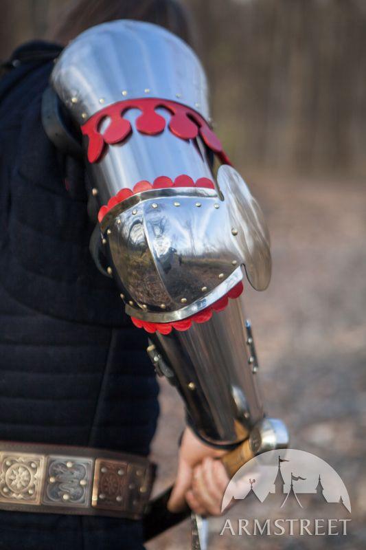 Funktionale mittelalterliche Rüstung: Armschienen, Ellbogenkacheln - historisch korrekt und passend zur Sportnutzung. Es ist wohl bekannt unter den mittelalterlichen Enthusiasten. Die meisten bekannten historischen Bezug zu dieser Konstruktion sind Befunde im Schloss Churburg (zirka 1385, Inv. CH S9).