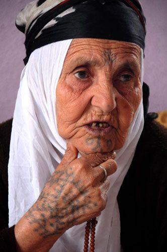 Güneydoğu Anadolu Bölgesi-nde özellikle kırsal kesimdeki kadınların asırlardır güzel görünmek için vücudunun çeşitli yerlerine yaptığı Kürtçe-de -Deq- olarak adlandırılan dövme geleneği, bazı yerlerde azalsa da güzelliğin sembolü olarak kullanılmaya devam ediliyor...