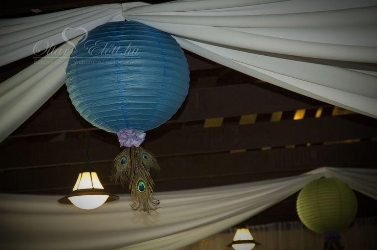 Lampion pávatollal és hortenziával, mennyezet dekoráció esküvőre