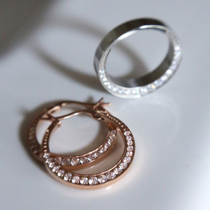 Eureka ring from Edblad - Dosed ring in polished stainless steel with clear cubic zircon on both sides. Rose gold plating.