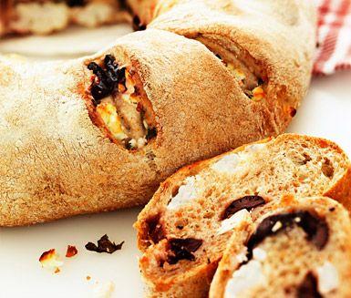 Tycker du om att baka eget bröd? Dessa bröd med fyllning av fetaost och oliver kan du avnjuta till måltiden eller bara äta som de är. Riktigt goda och fyllda av smak!