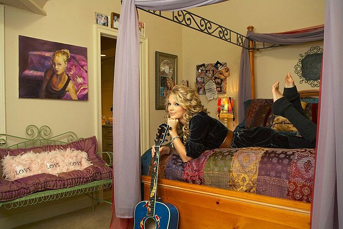 taylor swift rare photos | Taylor in her old room - Rare Taylor Swift