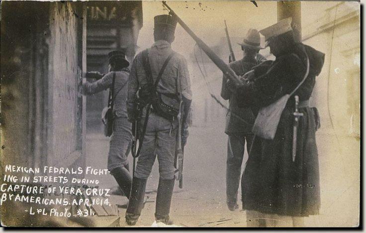 Marinos y soldados federales mexicanos, combatiendo a tropas de los Estados Unidos, abril de 1914.
