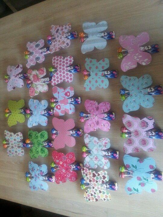 Mooie vlinder uit printen / knippen, rol smarties en twee lollies.