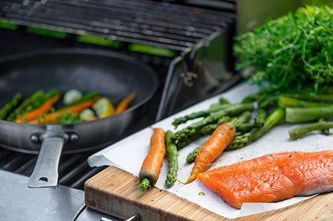 Lohi-kasvispannu grillissä