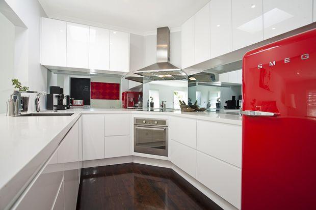 Cocinas modernas con nevera smeg buscar con google for Buscar cocinas modernas