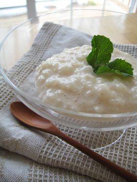 とろ~り、モチモチライスプディング♪     お米で作るのでモチモチでクリーミー♪あんこやきな粉、好きなものをトッピングしても美味しいです。冷やして、デザートとしてどうぞ!  材料 (5~6人分) ごはん(炊いたもの) 200g(お茶碗大目に一杯) 牛乳 500cc シナモン お好みで さとう 大さじ3~4 バニラエッセンス 適量