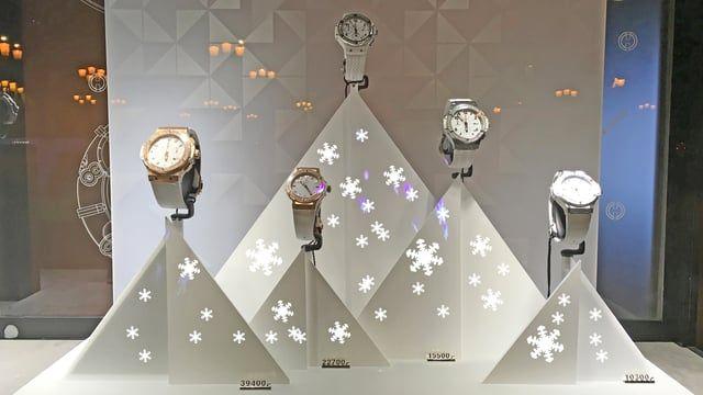The Magic of Christmas in the most beautiful place in the world!  Il neige sur les décors de la boutique Hublot, place Vendôme à Paris. La magie de Noël sur la plus belle place du monde !