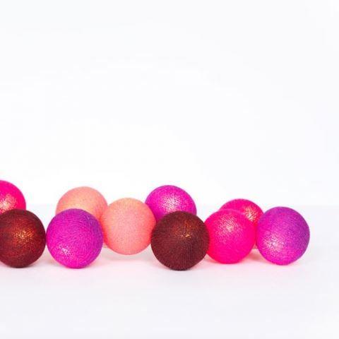 Lyskæden består af 20 farvede bomuldskugler med LED lys i. Lyskæden fås i mange farver. Ca. 290 cm lang.