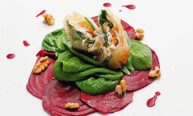 Crepe de queijo de cabra, um prato colorido e bonito, experimente servir aos seus convidados como entrada.