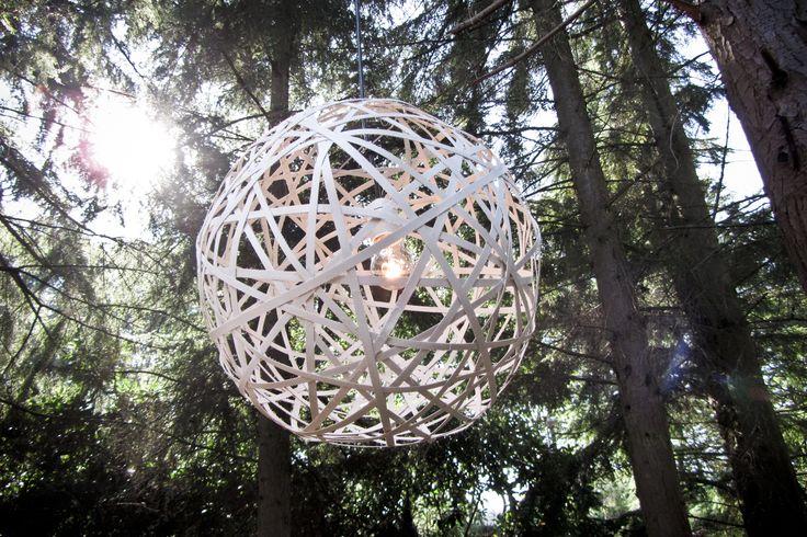 Een speelse lamp, geïnspireerd op een nest.  Nest is gemaakt van gerecyclede verpakkingsstrips van productverpakkingen; een analogie van hergebruik en vooruitgang. De lichtbron in het midden van de dynamische vorm resulteert samen met de strips in een fraai schaduw patroon in de verlichte ruimte.