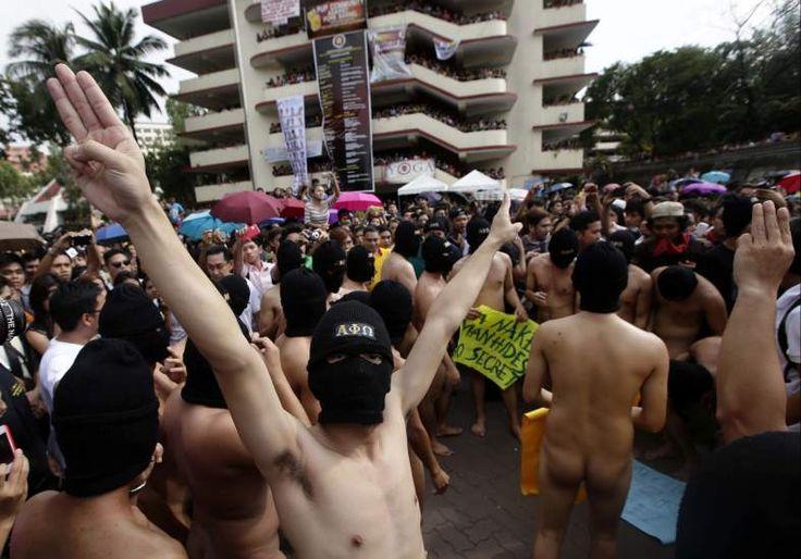 Un grupo de estudiantes desnudos de la fraternidad Alfa Pi Omega protagoniza unas protesta contra la corrupción del Gobierno, en el campus de la Universidad Politécnica de Manila (Filipinas), para celebrar el 109 aniversario de la fundación de su hermandad.