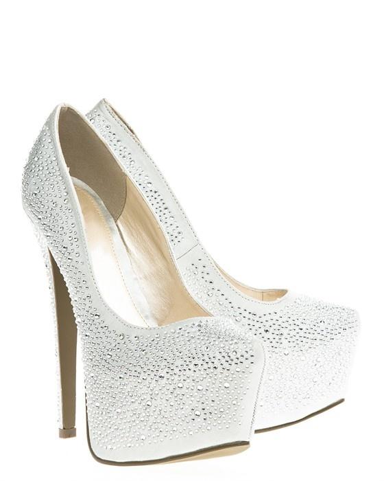 Glittrande skor med höga klackar och täckt platå. #metallic #highheals #heals #silver #shoes #skor