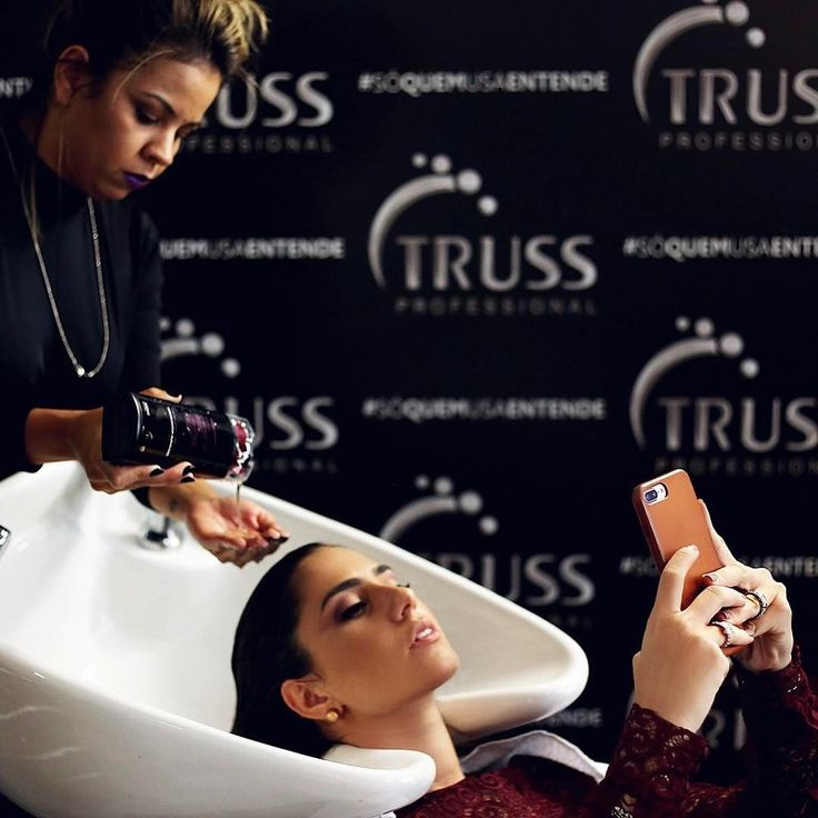 { Getting Ready! }  Já aqui no espaço da @trusshair no #qgfhits me arrumando pro terceiro dia de #spfw! Conheci a linha de shampoo e condicionador do Herchcovitch essa semana e estou impressionada como deixa o cabelo brilhoso e sedoso! Amei!  #SPFWn43 #qgfhits #casadevidrofhits #sóquemusaentende