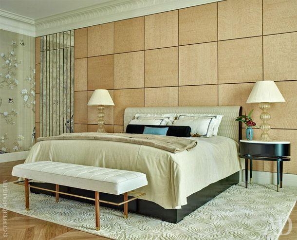 Спальня хозяев. Кровать размером 2×2 метра и прикроватные столики изготовлены на заказ по эскизам Лейлы. Стена в изголовье сделана из сикомора слатунными накладками. Ковер Peony, дизайн Хелен Эми Мюррей, The Rug Company.