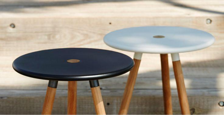Area sidebord/fodskammel i teak/hvid eller teak/sort.