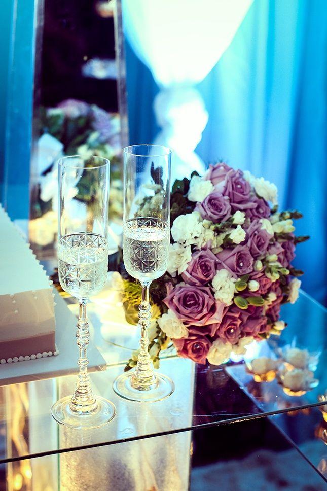 Uma teoria romântica e poética acredita que o ato de tilintar as taças iniciou com o deus grego do vinho, chamado Dionísio. Segundo esta afirmação, ao degustar a bebida, todos os cinco sentidos são acionados, tornando esta experiência completa e única.