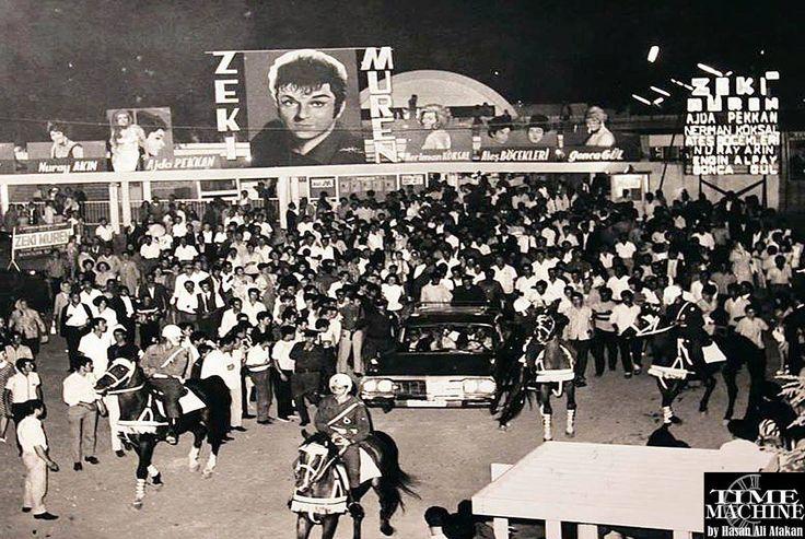 70'ler.. Zeki Müren atlı polisler eşliğinde gazinodan ayrılıyor.. İzmir Fuar Manolya Bahçesi.. https://www.facebook.com/hasatak.timemachine