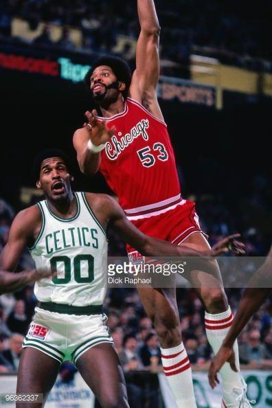 Fotografia de notícias : Artis Gilmore of the Chicago Bulls goes up for a...