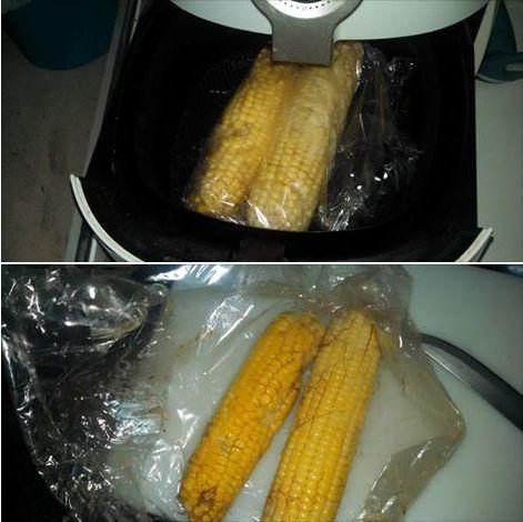Embalar as espigas de milho em filme pra churrasco com um pouco de manteiga e sal.   Programar 200 graus por 15 min.     ★★★★ L...