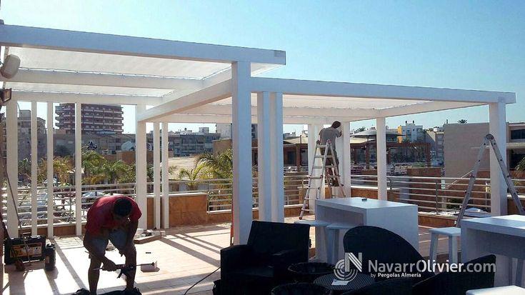Pérgola minimalista en madera laminada acabada en blanco con cubierta en pvc microperforado tenzado. Terraza de Pub La Sal, Mazarrón.  #Mazarron #Murcia #pergola #hosteleria #decoracion #terraza #navarrolivier #carpinteria