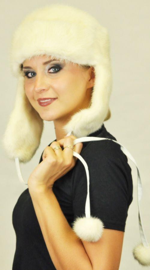 Cappello in visone bianco crema con copriorecchie. http://www.amifur.com