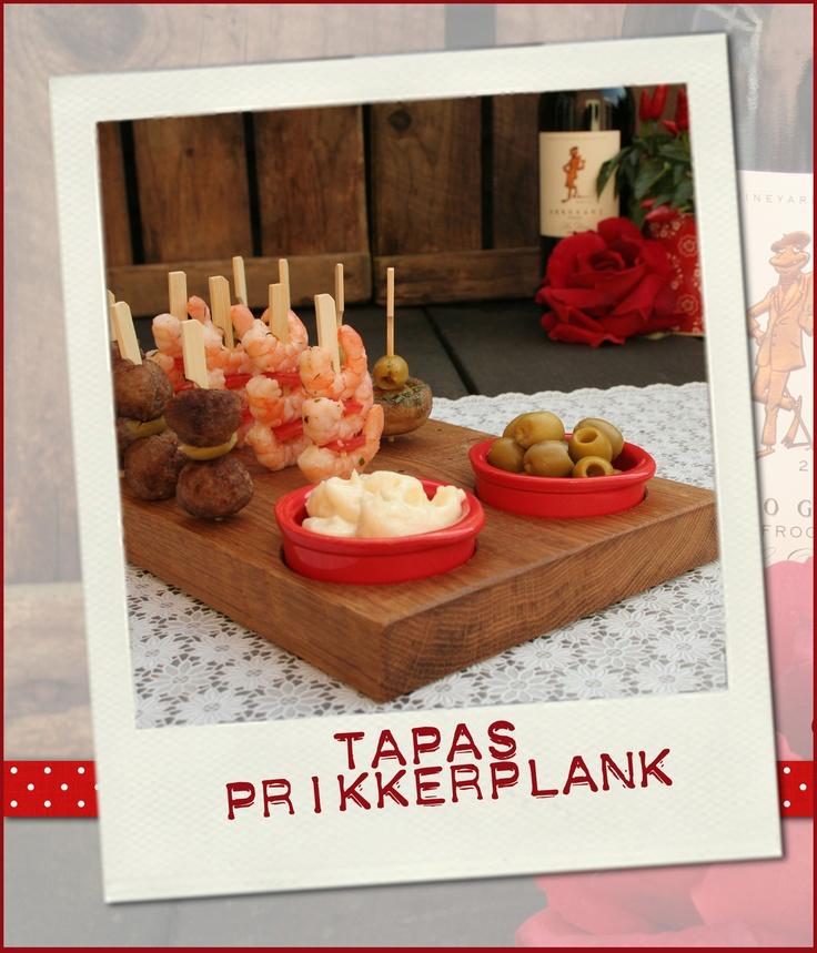 De handgemaakte tapasprikkerplank.  De eiken hapjesplank waar je op een gezellige manier een prikkerhapje op kan serveren.
