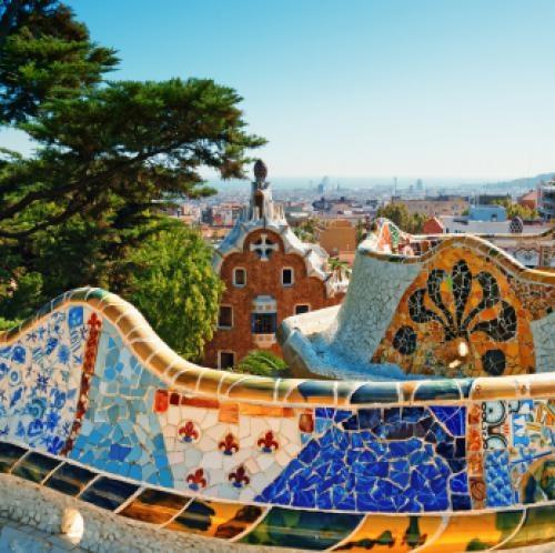 Je kunt via Fuentes ook een cursus Spaans volgen in Barcelona. Maak je huiswerk op dit beroemde bankje in Parc Güell...