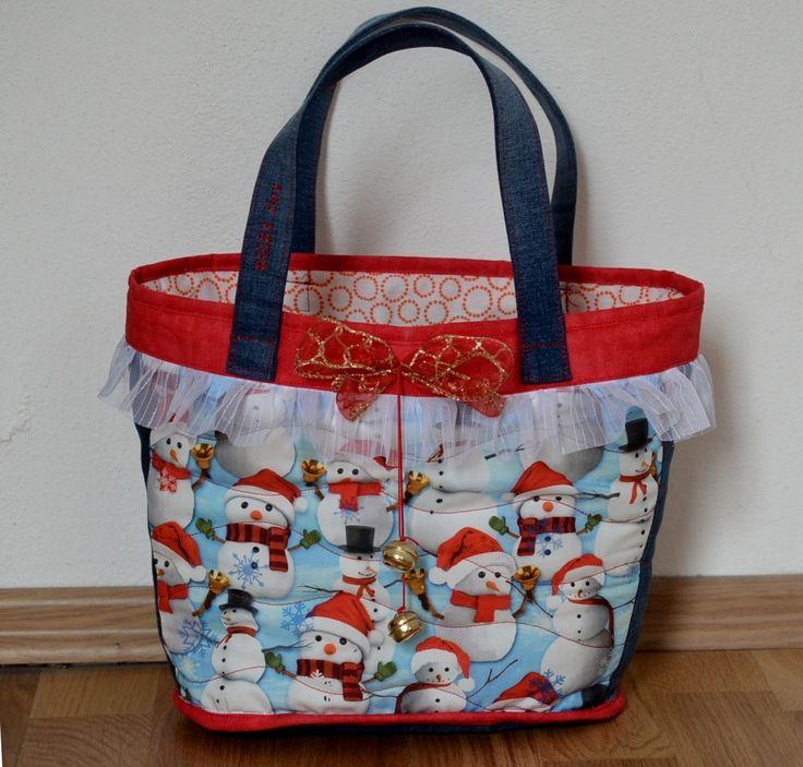 Christmas+bag+no.+2+Vánoce+jsou+skoro+tady+a+my+jsme+se+rozhodli+ušít+vánoční+koše+pro+vaše+děti.+Každý+košík+má+rolničky+a+červenou+mašličku.+Uvnitř+je+podešívka.+Rozměry:+Výška:+23+cm+Šířka:+35-25+cm