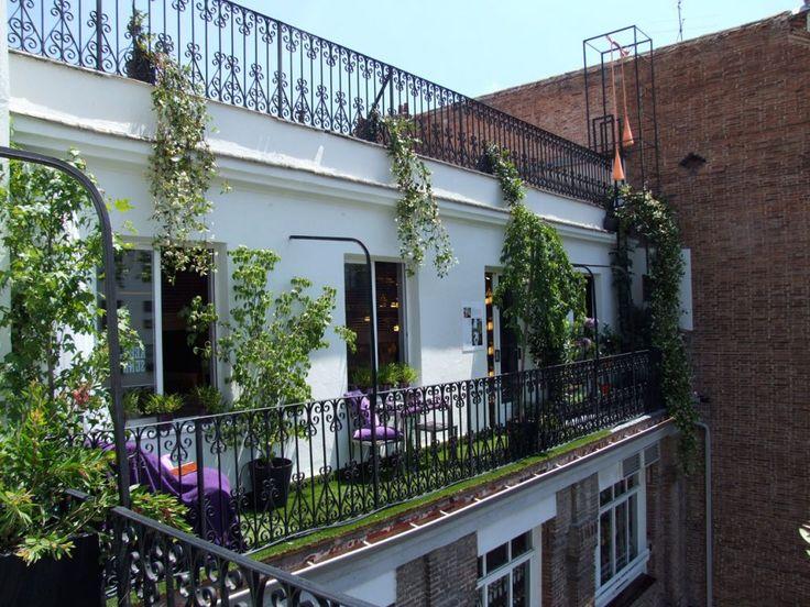Balcón largo y estrecho en un antiguo edificio de Madrid. Trabajo de Jardines y Rincones Paisajismo